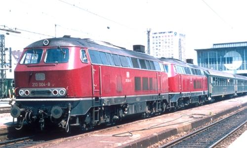 Una coppia di Br 210 in testa al treno per Zurigo nel 1973 - Foto © spoorjan da wikimedia