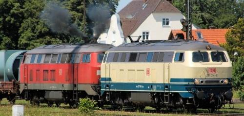 Br 217 (blu oceano, crema con logo rosso) in coppia con una Br 225 rosso traffico (Verkehrsrot) - Foto © www.bahnbilder.de