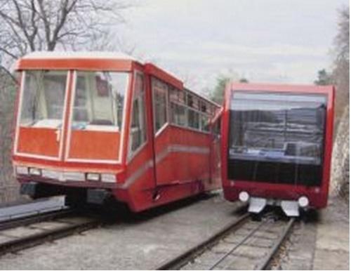 na foto storica: il cambio della guardia tra le ultime due versioni della funicolare della Mendola. Foto © http://www.seilbahn.net/
