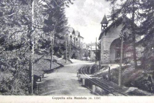 La ferrovia a fianco della carrozzabile, alla Mendola