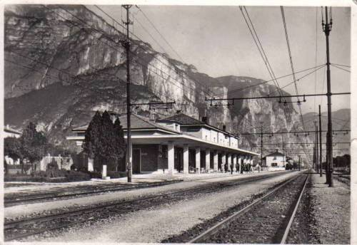 Stazione di Mezzocorona. Si possono notare i fili della trifase.