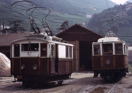 Lo spintore (a sinistra) e una motrice della Ferrovia del Renon