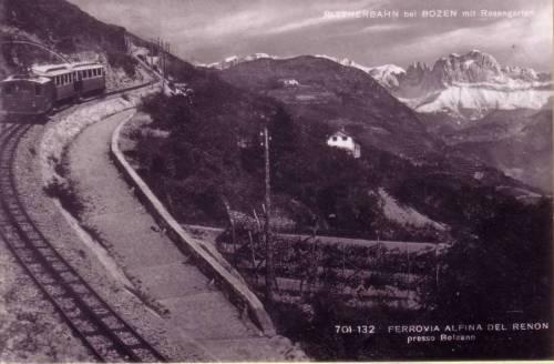 Lo spintore a cremagliera a valle di due motrici dirette all'atopiano del Renon. Sullo sfondo il Catinaccio con le Torri del Vajolet.