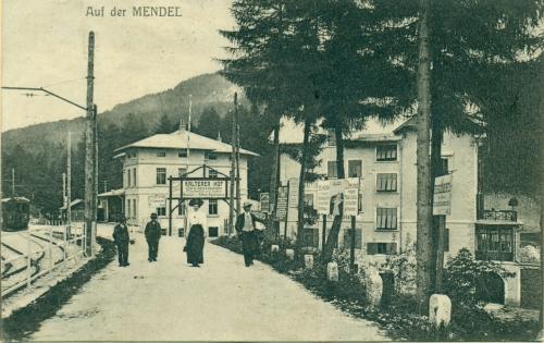 Sul passo della Mendola, la stazione della Ferrovia Elettrica dell'Alta Anaunia