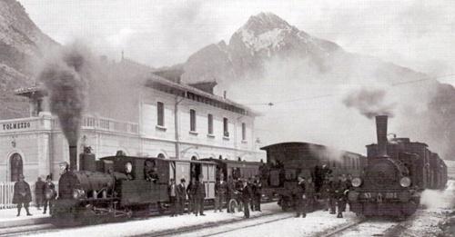 La stazione di Tolmezzo con a destra la locomotiva T3 SV 304 ed a sinistra una locomotiva della serie 42÷56 della Tranvia del But - Foto A. Brisighelli da www.dlfudine.it