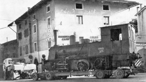 La locomotiva a vapore 321 SV lascia Villa-Santina su un carrello stradale - Foto SV da www.dlfudine.it