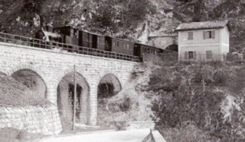 Un convoglio trainato da una T3 esce dalla galleria Clap-Taiât (Sassotagliato) ed impegna il viadotto del Rio Gose - Foto A. Brisighelli da www.dlfudine.it