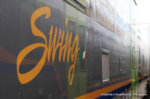 La scritta Swing sulla fiancata dell'ATR.220. Foto © Creatività e Broadcasting, FS Italiane da ferrovie.it.