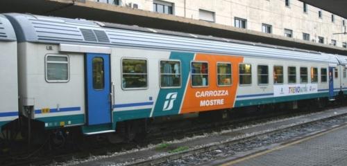 Vettura Mostre con impianto fotovoltioco sull'imperiale - foto © Ernesto Imperato da trenomania.org