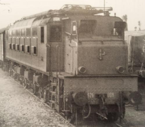 E.326.008 nel 1943, con fascio littorio sul frontale - Immagine tratta dal Cornolò