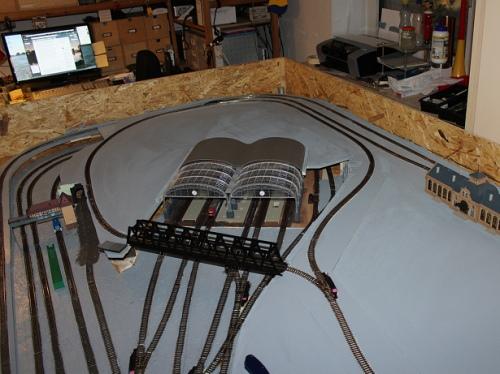 La variante d iBernhad, in lavorazione: il piano superiore é dedicato a una linea tramviaria. Foto da www.modellbahn-traumanlagen.de