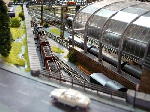 Lungo l'altro lato della stazione corre un binario di servizio. Foto da www.modellbahn-traumanlagen.de