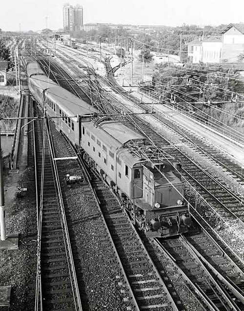E.326.006 a fine carriera (1981) traina un locale a Ferrara - Foto © E.Paulatti da www.pugio.it