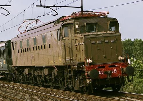 E428.049 - a Rovigo nel 1985 - Foto © Francesco Dall'Armi da Stagniweb - Si nota l'avancorpo dotato di prese d'aria.
