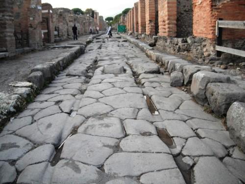 Solchi dei carri a Pompei. Foto da nomadiccosmopolitan.com