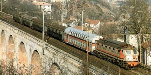 Rarissima immagine delle 226 al traino di una Doppio Piano Casaralta. Foto caricata da Roberto Alinovi su www.scalatt.it