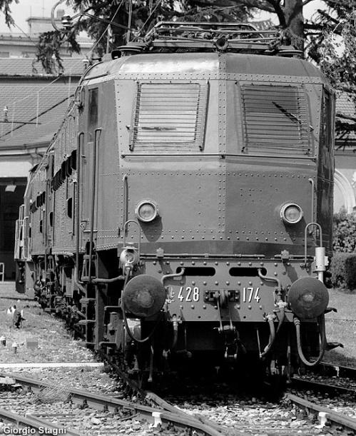 E.478.174. Sopra il respingente sinistro si può vedere la condotta a 78 poli. Foto © Giorgio Stagni da www.stagniweb.it, scattata il 7/7/2001 a Luino presso l'Associazione Verbano Express, dove la E.428.174 é preservata.
