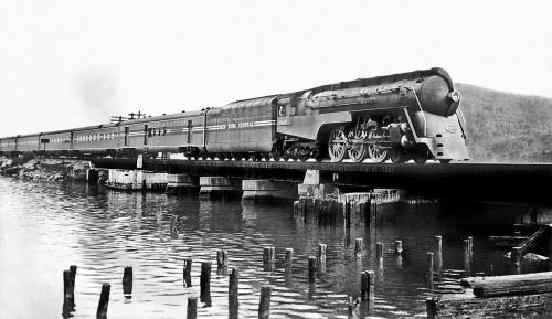 Locomotiva 5449, in testa al 20th Century Limited sulle rive dello Hudson a Peekskill, New York, 1941. Fot odi autore ignoto da flickr (contributo di Mike Robbins)