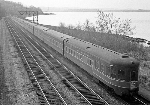 Un esempio di uno streamliner smoothside: Il 20thCentury nel 1966 lungo lo Hidson River, NY - Foto © George Hamlin da flick'r