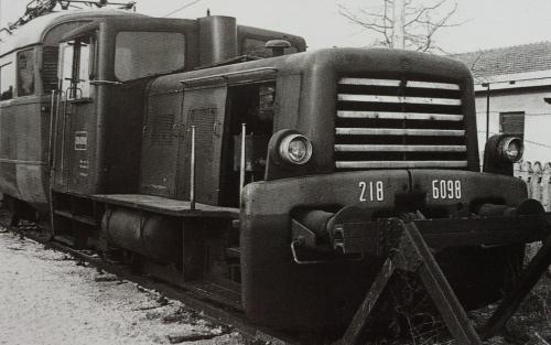 La 218.6098 a Udine nel Febbraio 1979, accantonata (davanti ad un ALe880). Foto © Cherubini da FS Trenitalia Locomotive Diesel, Duegi editore.