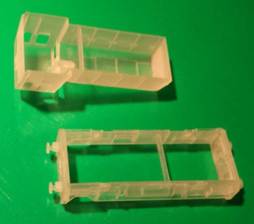 I due pezzi prodotti da Shapeways: la barra che unisce i lati opposti va tranciata