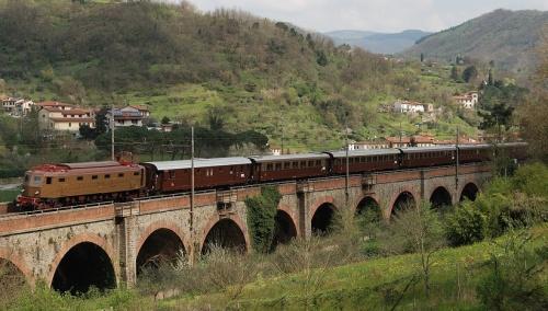 Un convoglio storico trainato dalla 202 nell'aprile 2014 nei pressi di Prato. Foto © Pierluigi Ciantelli da Flick'r