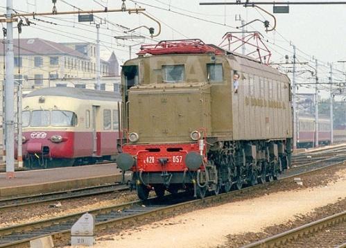 Una interessante immagine (© Donato Rossi) mostra la 057 a Milano, con il TEE Rae 1053 sullo sfondo. Foto da photorail.com