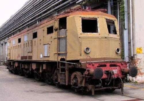 La E428 202 a Verona Porta Vescovo quando era in attesa di restauro, nel giugno 2002 - foto tratta da web.tiscali.it/fs428supergianca