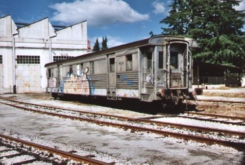 Nel 2001 la DUz superstite era graffitata e pareva destinata all'oblio. Foto da gruppoadriatico.altervista.org.2001