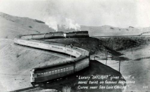 Southern Pacific Daylight alla Horseshoe Curve presso San Luis Obispo (CA). Il treno fu trainato a vapore (nell'immagine in doppia trazione) fino al 1955. Foto da mediawiki