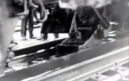 Il track pan in azione. Una sorta di cucchiaio si abbassa per raccogliere l'acqua dal fossato.
