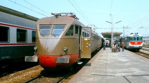 Viareggio, 1985. La ALe 880.089 (treno 5113 per Lucca) a fianco di una GC del rapido 903 Genova-Roma, mentre a destra si vede la ALn 873 Freccia della Versilia da Brescia-Parma-Pontremoli per Pisa.