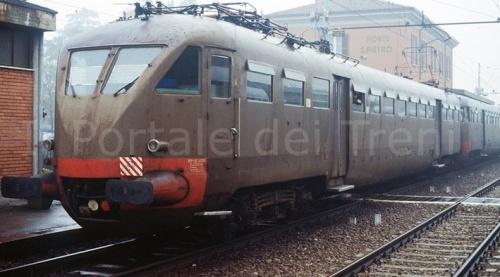 """Bellissima immagine di una ALe 883, rovinata dal """"graffito"""" della filigrana. Foto © Ambrogio Mortarino da """"Il portale dei treni"""""""