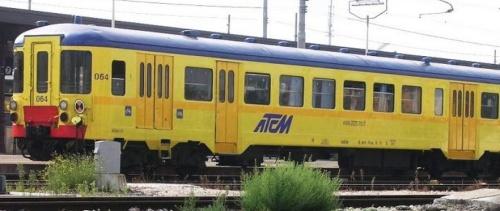 ATCM ALe 228.064 nel 2006, con livrea gialla con lo stemma ATCM Foto © RobbyBart1953 da trenomania