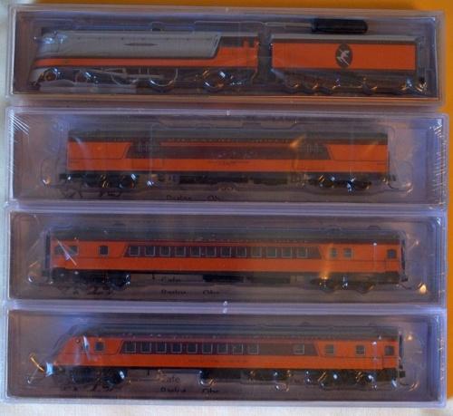 Altra confezione: la Class 2 n. 3 (con logo indiano sul tender) e tre carrozze in diversa livrea.