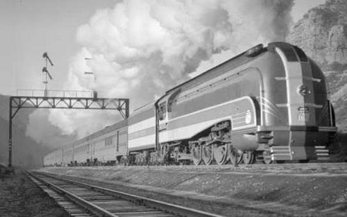 Il 49er, con la Mountain al traino delle carrozze il livrea a due toni di grigio.