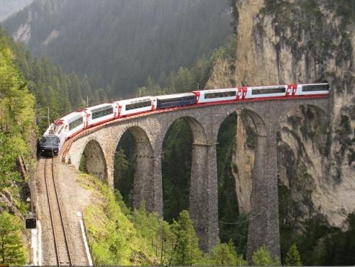 Convoglio comprendente il Charterwagen Gourmino sul ponte - Foto © RhB da Flickr