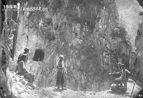 Lo scavo delle gallerie prima del'inizio dei lavori del ponte. Foto da www.km8844.cn