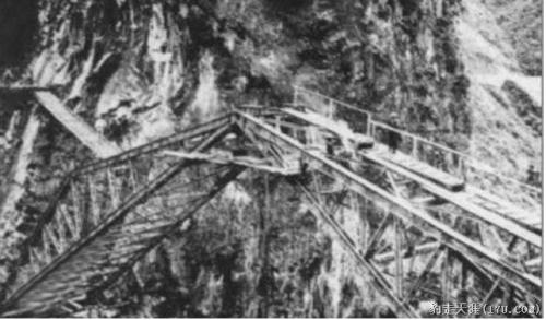 Si possono notare le passerelle di legno appoggiate sulla struttura metallica -  Foto da www.km8844.cn