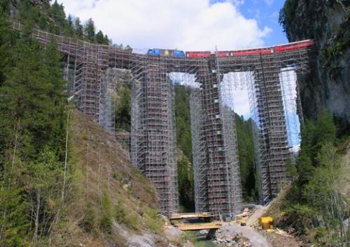 Il ponte é stato interamente rivestito da una impalcatura
