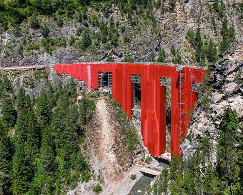 Durante i lavori il ponte é stato nascosto da un drappo rosso. Foto di Oliver Cossalter da wikimedia