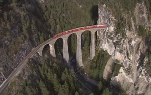 Vista aerea, tratta da un filmato RhB  (linkato sotto)