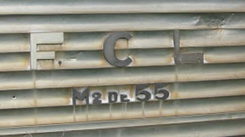 Targa identificativa della M2 DE 55, con caratteri metallici in rilievo - dettaglio da una foto di ShayParkman, da www.trainsimitalia.net