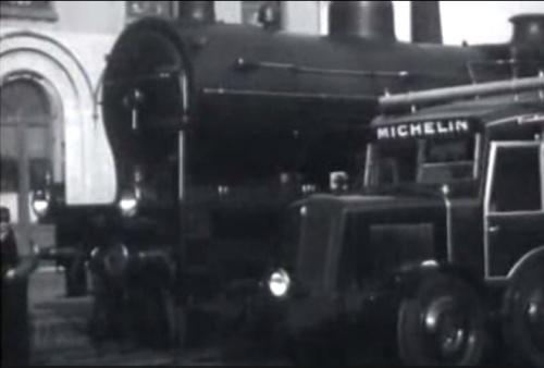 La Michelina accanto ad una vaporiera - Immagine da un filmato d'epoca