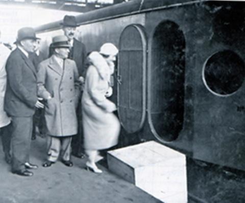 Mme Citroen sale a bordo del Micheline Type 5.