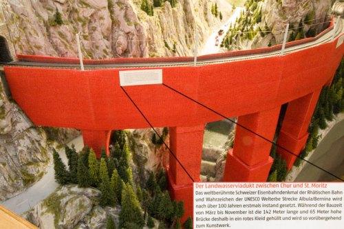 Il viadotto in miniatura vestito di rosso in occasine della ristrutturazione.