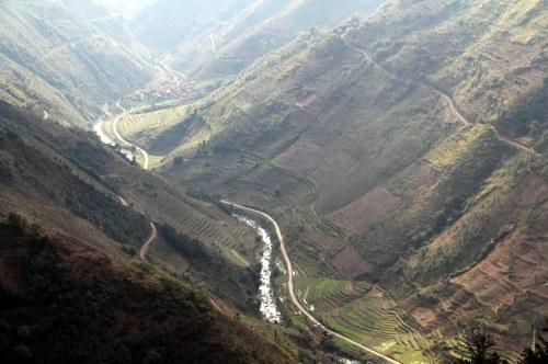 Immagine presa dal monte sopra il ponte - mostra la valle: a mezza costa sui due lati si intravede il tracciato ferroviario. Foto da tinyadventurestours.com