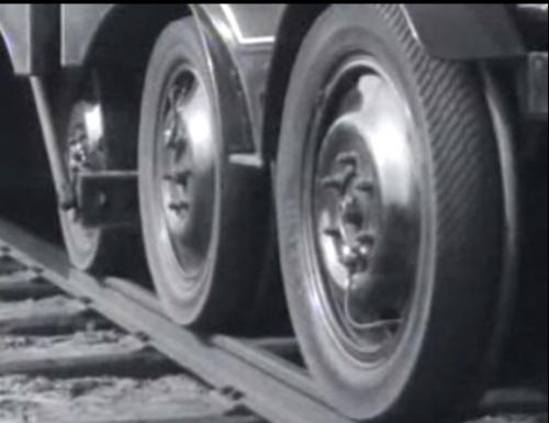 Le ruote della Michelina. Si distinguono bene il bordino e il pneumatico. Fotogramma da un filmato d'epoca.