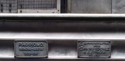 LE targhe dei costruttori (Piaggio e CGE) sulla M5 - foto © Federico Centola, tratta da youtube