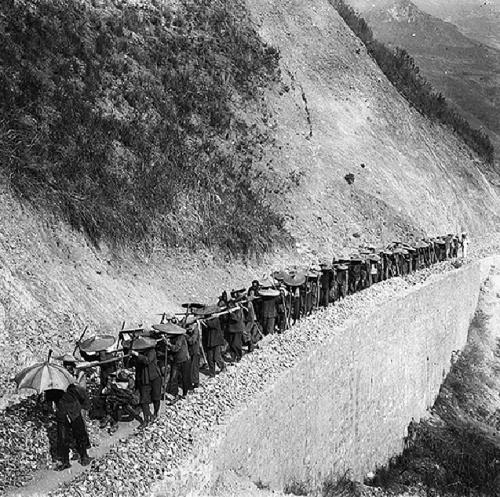 Trasporto manuale di aste metalliche per la costruzione di opere, 1906 presso Loukou